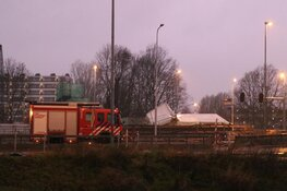 Tent omgewaaid op bouwplaats Beneluxbaan