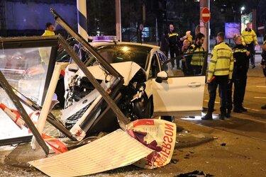 Auto botst op reclamezuil na aanrijding in Amsterdam-Zuid