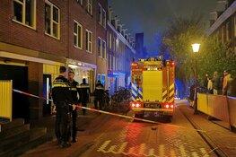 Brand in houtopslag onder appartementen Amsterdam-West, zeven bewoners uit pand gehaald