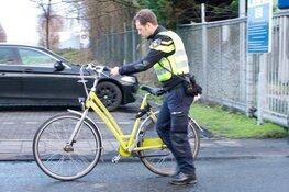 Voertuig Koninklijke Marine botst op fietser; slachtoffer naar ziekenhuis