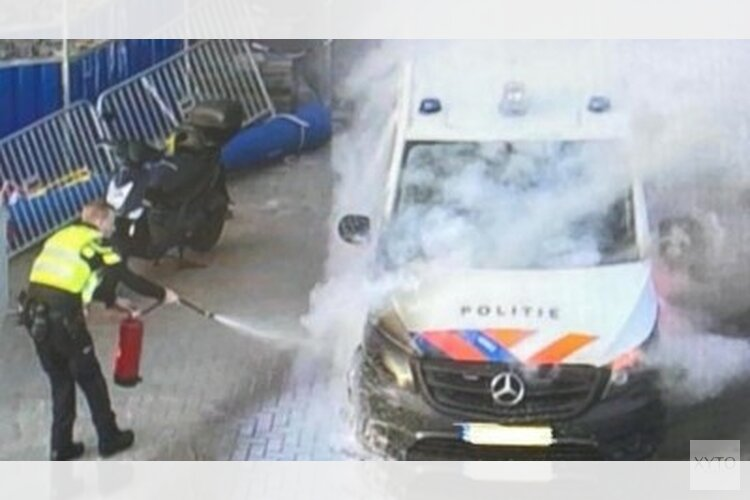 Politiebus door brand zwaar beschadigd