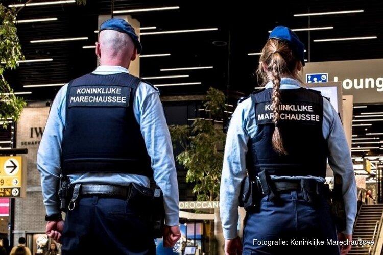 Mannen met doorgeladen vuurwapen uit trein gehaald op Schiphol