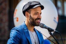 Alain Clark verrast bewoners Kadoelerbreek tijdens Ali B Vrienden Tour