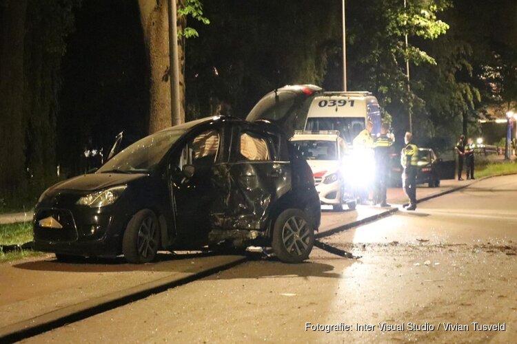 Auto tegen boom gereden in Amsterdam