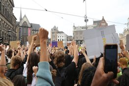 Massale opkomst demonstranten tegen racisme en politiegeweld op de Dam