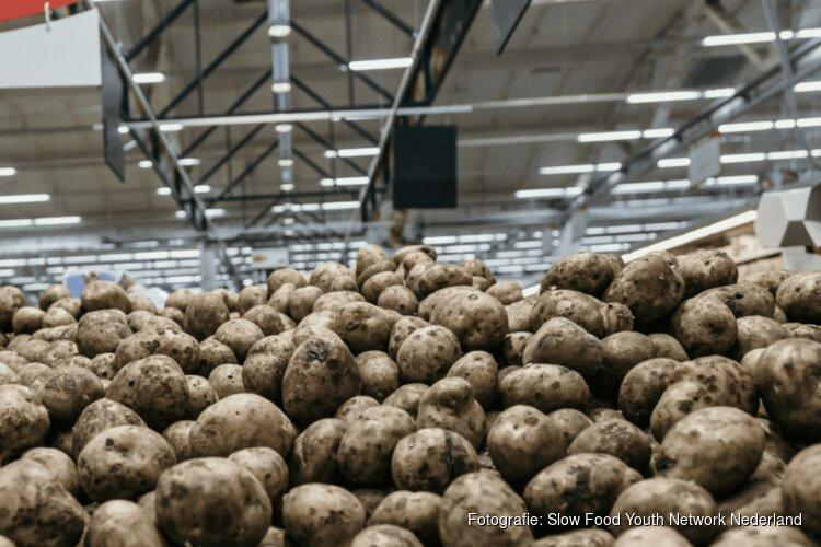 Bergen frietaardappels op de NDSM-werf