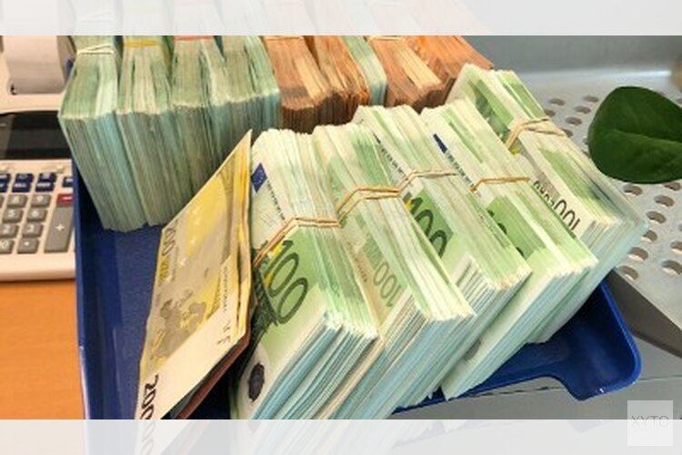 Politie treft ruim 800.000 euro cash aan in twee woningen