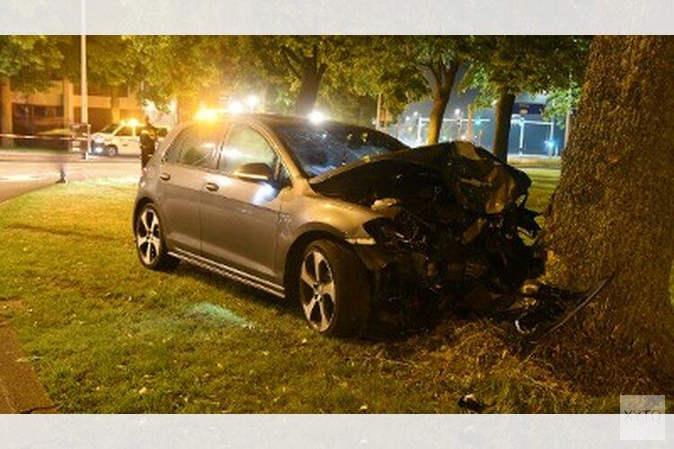 Auto tegen boom: twee gewonden
