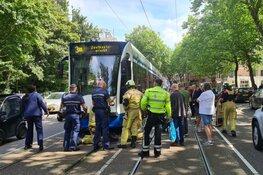 Reddingsactie gaande voor hond onder tram Amsterdam