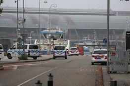 Man neergestoken op pont in Amsterdam, politie schiet verdachte neer
