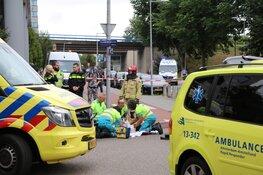 Fietser onder auto na aanrijding Amsterdam