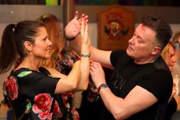 Dat had ik nooit achter hem gezocht.... hij danst Salsa!