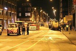 Busje ramt politieauto, agenten schieten bij aanhouding