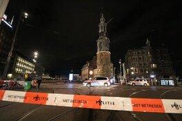 Man rijdt in op politie op Muntplein