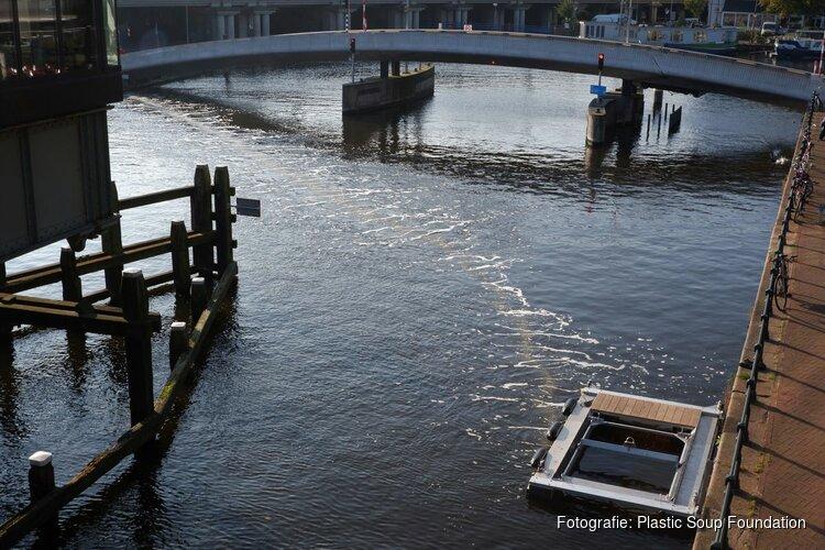 Wat haalt de Bubble Barrier in Amsterdam uit het water?