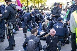 Politie grijpt in bij grote demonstratie Extinction Rebellion op de Zuidas