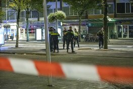Man neergeschoten in Amsterdam, explosief op straat gevonden, EOD doet onderzoek