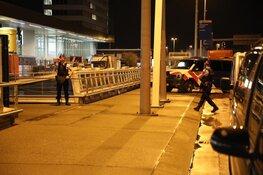 Marechaussee schiet man in been op Schiphol