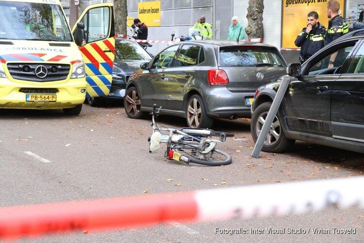 Slechthorende fietser botst op auto in Amsterdam-Buitenveldert