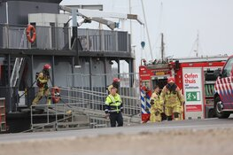 Brandweer bij evenementenschip in Amsterdam-Noord