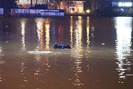 Auto raakt te water bij ongeval Amsterdam