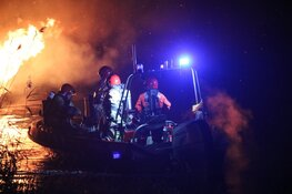 Boot volledig uitgebrand op Vecht bij Weesp