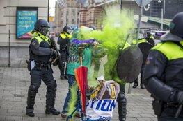 Oudere vrouw gooit poeder op agent bij Corona-rellen in Amsterdam